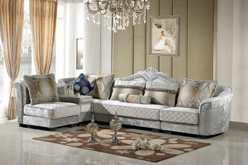 欧式沙发,顾名思义是欧洲款式的沙发,古朴典雅的沙发,不仅是你疲累后打盹、做梦的休闲好地方,还能巧妙地利用它来装点你的居室,为你的温馨港湾带来古朴简约而又高贵而浪漫的别样风情。 古典的欧式沙发,明媚的阳光调皮的散落在地板上,每一处细节的融合给人一种匠心独运的感受,感觉虽然厚重,但一点也不压抑,仿佛一组曼妙的如编钟般的乐典,在耳边敲响,又好像西方那首著名的《绿袖》,木管的重奏回荡在梁上久久都不肯散去。近几年来,欧式装修风格成为越来越多追求品味生活人士的选择,即便不能整体装欧式,一些家庭也喜欢选购两款带有异域风