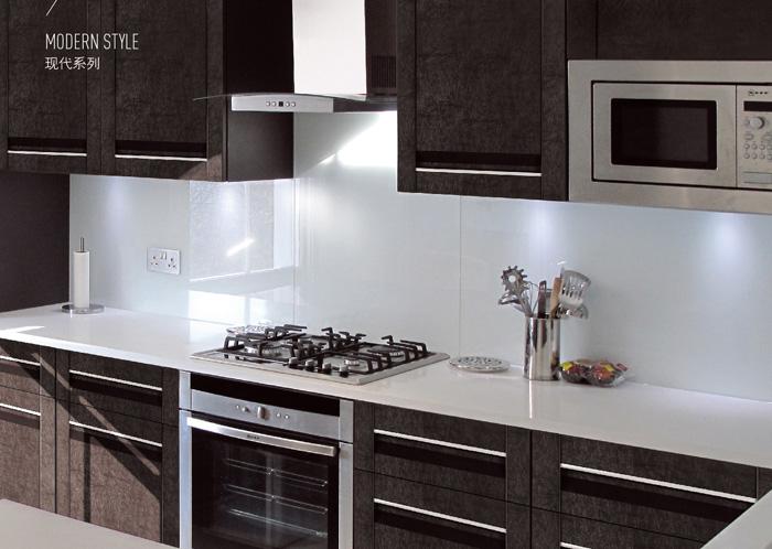 防火门板基材为刨花板、防潮板或密度板,表面饰以防火板。(防火板是由基材和面材组成,基材由浸苯酚树脂的牛皮纸构成;面材由浸三聚氰胺的花色装饰纸构成,基材和面材在高温高压下固化成防火板。它是越来越多使用的一种新型材料,其使用不仅仅是因为防火。防火板的施工对于粘贴胶水的要求比较高,质量较好的防火板价格比装饰面板也要贵。防火板的厚度一般为0.