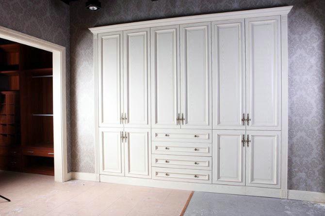 欧式衣柜讲究雕刻花纹,线条复杂,注重雕工,追求质感.