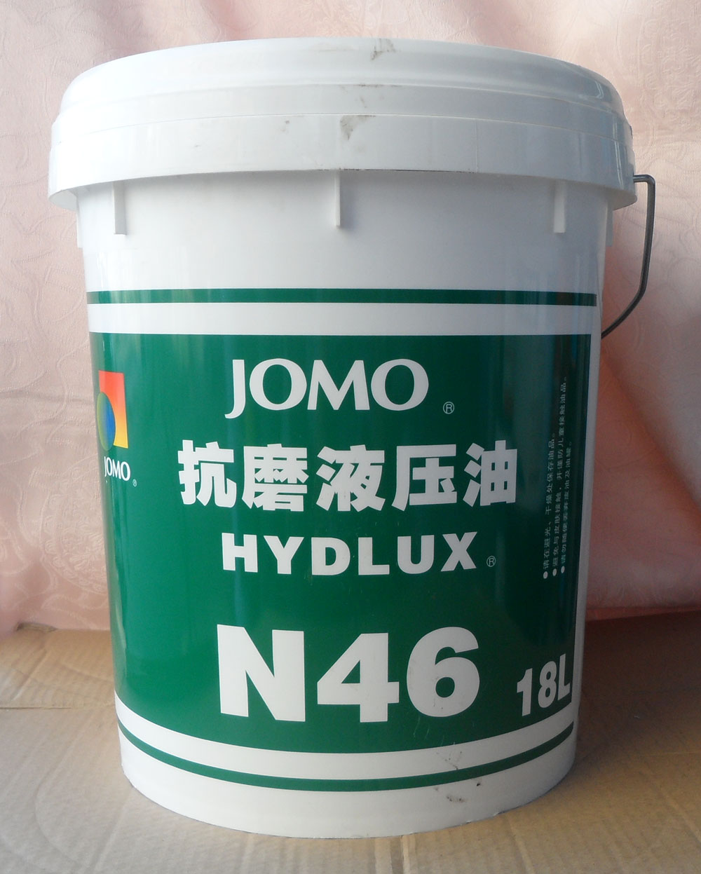 是由天然气与原油提炼的碳氢化合物配制而成,国际上没有合成油之明确定义,一般以润滑油中含有PAO即称为合成机油。市售标示合成油之产品,PAO之含量大部份皆在12%以下。全合成机油则是以100%之PAO ( PolyAlpha Olefin 聚-烯烃 )为基础油及添加剂调配而成。 世界_烯烃生产商主要集中在美、欧、南非和日本等发达国家和地区,2000年总生产能力达2557kt/a,计划和在建装置能力512kt/a。其中1_己烯占-烯烃总量的20.