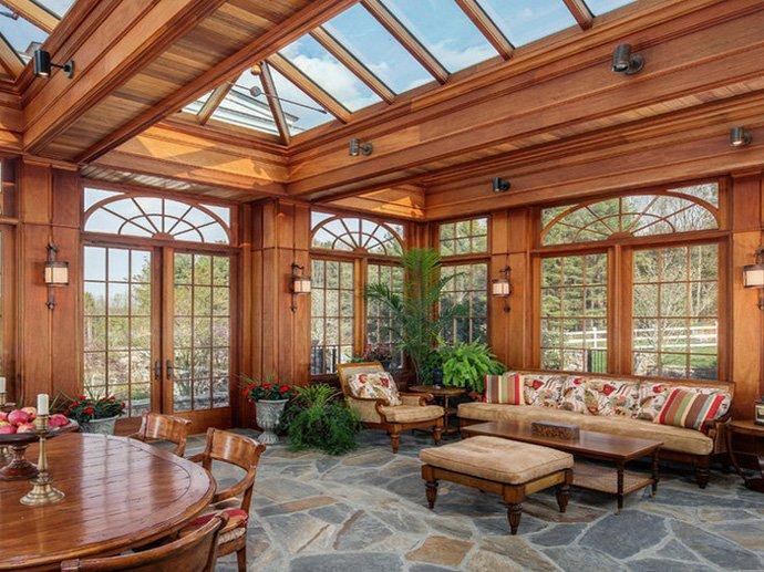 人们按照自己的意愿建筑适合自己的阳光房,喜欢贴近自然的木结构,喜欢