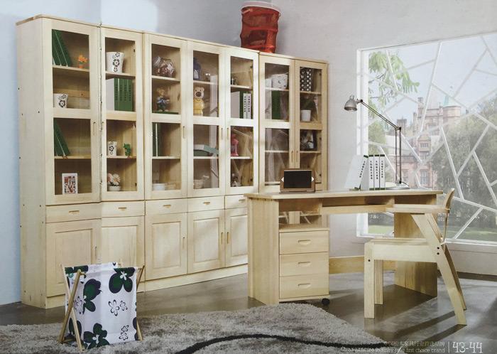 在家具的文化史册上,松木家具的创造者北欧人的创意功不可没,他们化腐朽为神奇,把原本被过量树脂拥挤的速生树种经脱胎烘干变成优质板材,从而让松木以其朴实无华的质感,栩栩如生的纹理、清纯亮丽的色泽,把家居环境装点得素雅、纯静、融入与自然的和谐与安宁,因而松木家具被联合国人文部定为环保家具。松木家具在视觉上先色夺人。恬淡柔和的松木本色天生丽质难自弃让其他树种低眉俯首。不加雕饰的松木本色家具是自然风光、是自然风情,粗犷的纹理、细腻的线条,刚柔兼济。