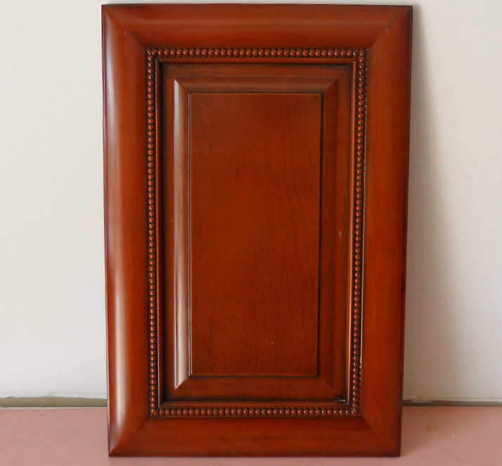 实木门隔音效果主要体现在门和窗上,在于它们的封密性。实木复合门的隔音效果。一扇门的隔音效果的优劣主要取决于它的门芯的填充物。门芯用纸基来填充的模压隔音门能有效隔绝29分贝的声音。而门芯用优质刨花板填充的门则能有效隔绝32分贝的声音。在目前种类繁多的门式样中,实木门和实木复合门都是隔音效果比较好的门。因为它们密度性高,重量沉且门板厚。门板的两边印有花纹的门也比光滑的门更有效地隔绝噪音,因为花纹的能起到一定的吸音和阻止声波的作用。实木门和实木复合门越是密度高、重量沉、门板厚的,隔音效果越好。但也不要为了隔音而