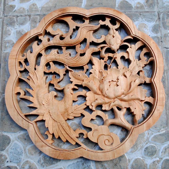 太干燥的环境,木雕工艺品有的可能会部分出现开裂的现象.