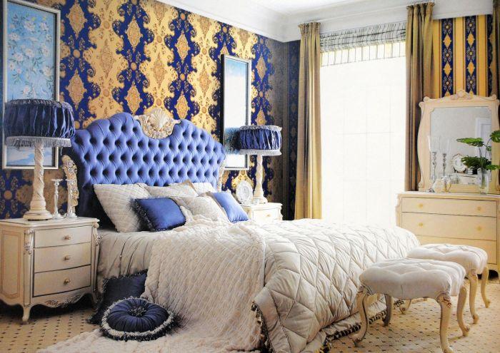 壁纸与居室装饰搭配 一、色彩搭配 清丽的绿、神秘的紫、欢快的黄、浓艳的红、浪漫的淡粉,不同的色泽能够为居室烘托出不同的氛围,营造出不同的装饰风格,恰当的色彩运用,配合家具的色调进行和谐搭配,便能让壁纸充分展现其色彩的无限魅力。 一般对于朝阳的房间,可以选用趋中偏冷的色调以缓和房间的温度感;而背阴的房间,则可以选择暖色系的壁纸以增加房间的明朗感。对于客厅、餐厅等人们活动较多的空间,宜选用明亮、热烈的色彩以调动人们的情绪。而卧室、书房等需要人静思的空间,则宜选用亮度较低或冷色系的色彩以使人集中精力专注于思考,