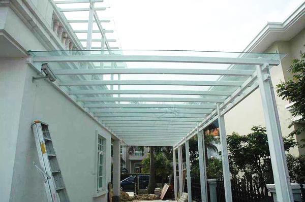 工厂化规模生产;雨棚   雨棚根据材质还可以分为:   1,玻璃钢结构雨棚