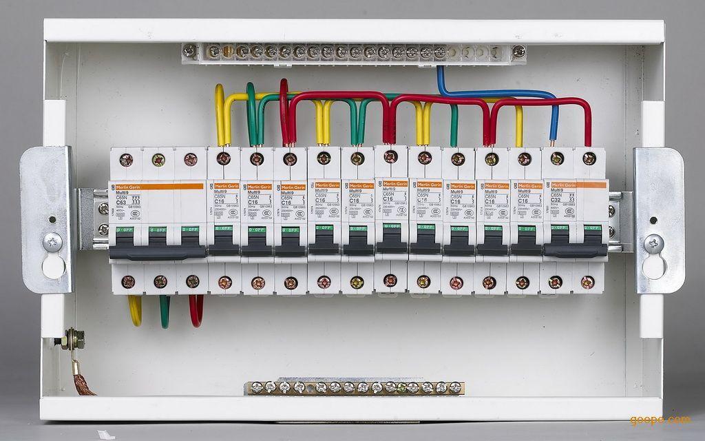 tn-s,由低压配电屏开始中性(n)和保护接地线(pe)就应分开,所有配电箱