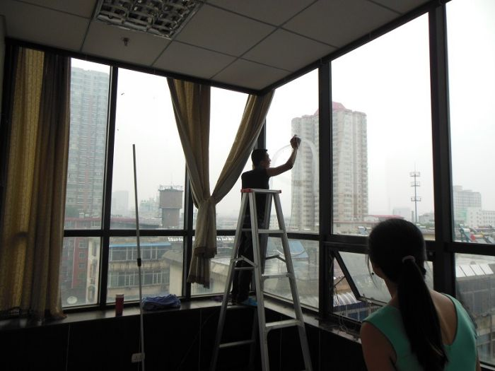 5擦窗子的时候,在水中放些蓝靛,会增加玻璃的光泽.