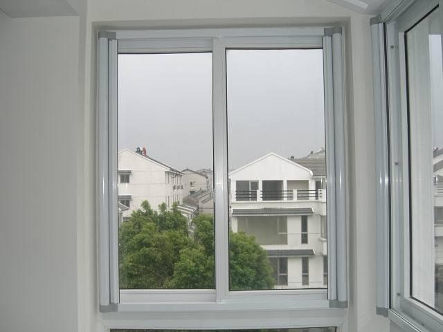 隐形纱窗采用玻璃纤维纱网,边框型材为铝合金,其余的衔接配件全部