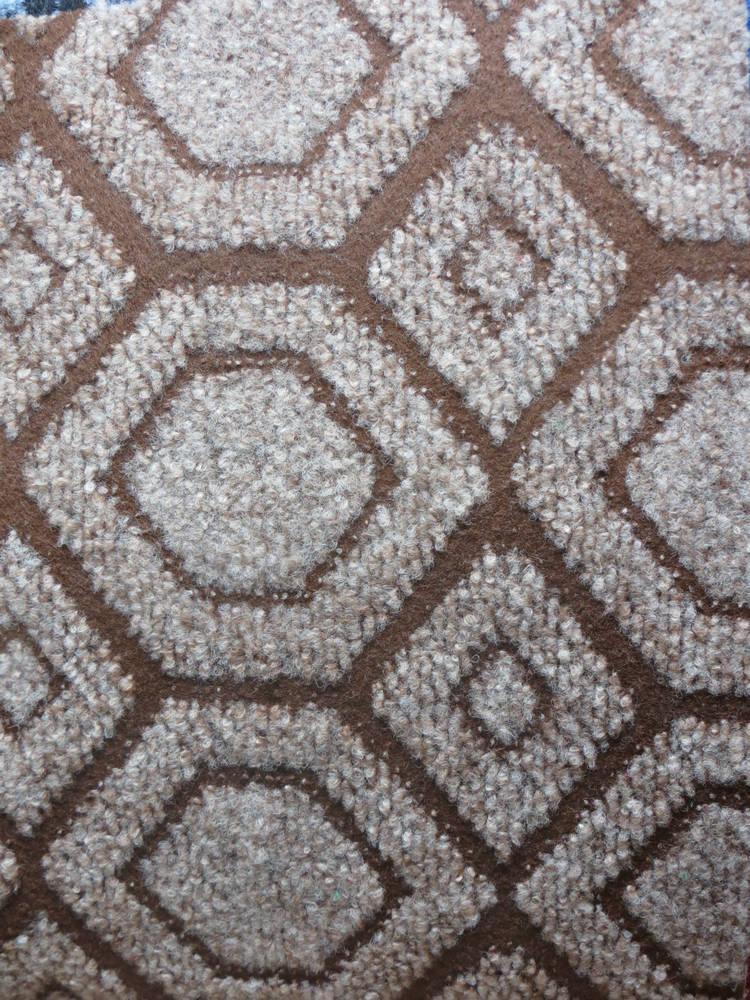 1审美角度:美化,装饰环境:由于地毯的颜色不同室内铺上地毯,能给人有