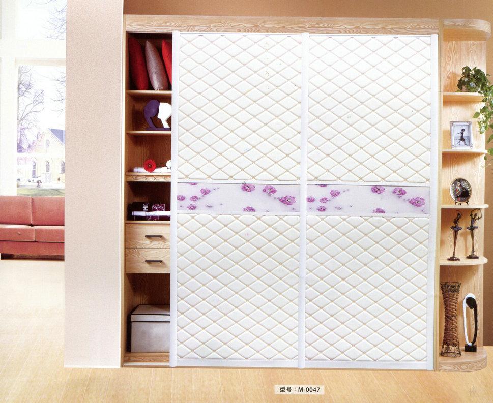 木質的皮革衣柜門平時只要用干凈的綿布擦拭即可
