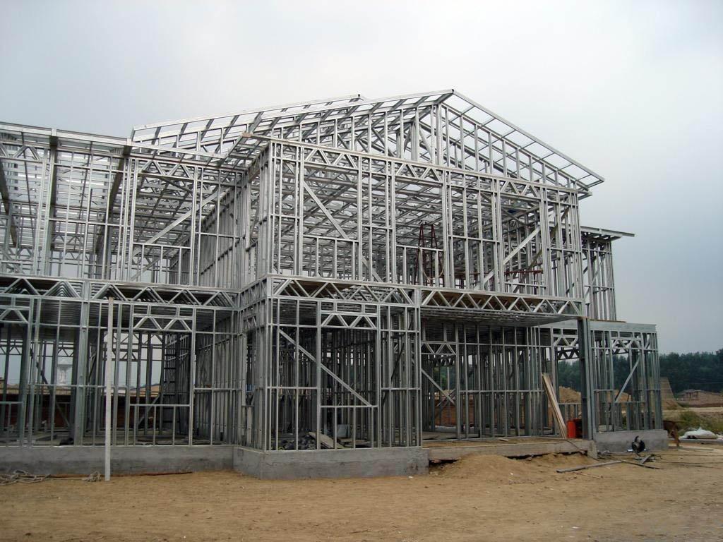 建筑轻钢结构住宅一般除了在墙的墙柱间填充玻璃纤维网格布外,在墙