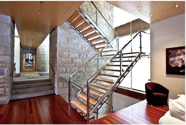 在钢结构楼梯中的安装中涉及到一个常见的问题,那就是不锈钢楼梯扶手
