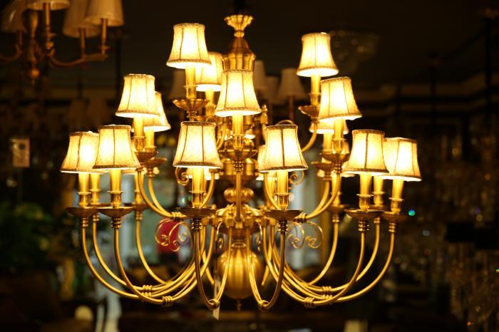 吊灯的花样最多,常用的有欧式烛台吊灯,中式吊灯,水晶吊灯,羊皮纸吊灯图片