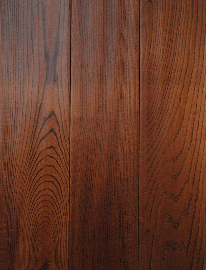 实木地板保养方法 1、保持地板干燥、清洁,避免与大量的水接触。不允许用碱水、肥皂水等腐蚀性液体擦洗,以免损坏油漆膜;可以用拧干的纯棉拖把擦拭,不可以用湿拖布、汽油、易燃物品和高温液体进行擦拭。 2、每隔一段时间打一次蜡,时间间隔视地板漆面光洁度而定。方法是先用半干的抹布擦干净地板并上蜡。要均匀地抹在地板表面并使其浸透,等稍干后用干的软布在地板上来回擦拭,直到平滑透亮为止。 3、如果不小心倒水或遗漏水于地面时,必须及时用干的软布擦干净。擦干净后不能直接让太阳暴晒或用电炉烘烤,以免干燥过快,地板干裂。 4